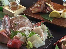 夕食の刺身と焼き魚が市場で選べる 鮮魚会席プラン